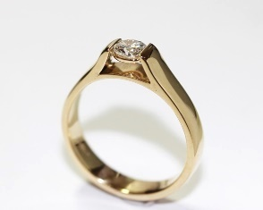 Round brilliant cut diamond in yellow gold ring
