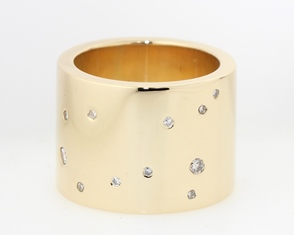 Scattered diamond in gold band